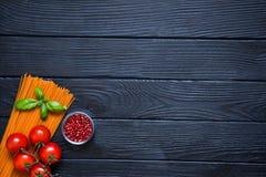 Espaguetes orgânicos com cerejas frescas, pimenta vermelha em glas pequenos Foto de Stock Royalty Free