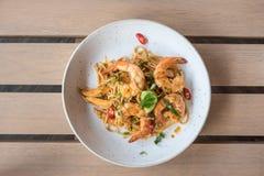Espaguetes picantes com camarões foto de stock royalty free