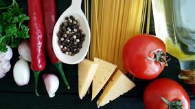 Espaguetes, queijo, pimenta vermelha caseiro do ingrediente, tiro do lento-movimento do alho vídeos de arquivo