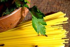 Espaguetes, salsa e cravos-da-índia Foto de Stock Royalty Free
