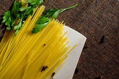Espaguetes, salsa e cravos-da-índia Imagens de Stock Royalty Free