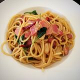 Espaguetes salteado com Chili And Crispy Bacon secado Imagem de Stock Royalty Free