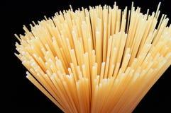 Espaguetes secos da massa fotografia de stock royalty free