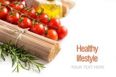 Espaguetes, vegetais e azeite inteiros do trigo Imagens de Stock Royalty Free