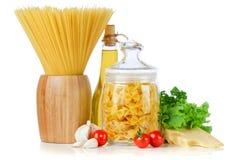 Espaguetes, vegetais e especiarias e óleo da massa Fotografia de Stock Royalty Free