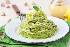 Espaguetes verdes italianos com as ervilhas verdes do pesto, hortelã da massa Fotografia de Stock