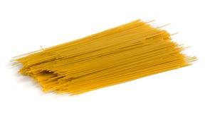 Espagueti amarillo con la sombra en el fondo blanco Imagen de archivo