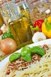 Espagueti boloñés, aceite de oliva, pastas, ingredientes Fotos de archivo libres de regalías
