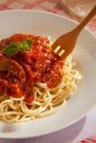 Espagueti boloñés con la fork de madera Imagen de archivo