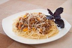 Espagueti boloñés con queso Foto de archivo libre de regalías