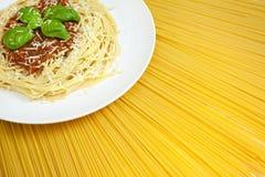 Espagueti boloñés en la visualización de las pastas secadas Fotos de archivo
