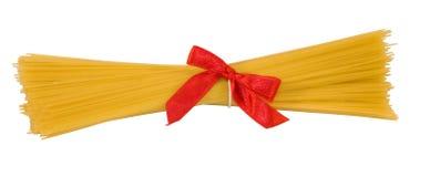 Espagueti con el arqueamiento rojo, aislado Imagen de archivo