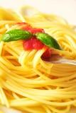 Espagueti con el tomate y la albahaca Imágenes de archivo libres de regalías