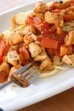 Espagueti con el tomate y la carne del pollo Fotografía de archivo