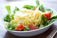 Espagueti con la ensalada Foto de archivo