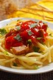 Espagueti con la salsa de tomate Imagen de archivo libre de regalías