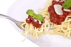 Espagueti con la salsa de tomate en una fork Foto de archivo libre de regalías