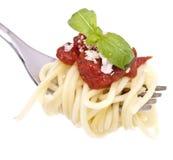 Espagueti con la salsa de tomate en una fork Imagen de archivo