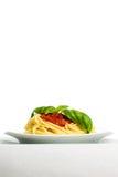 Espagueti con la salsa de tomate y la albahaca - vertical Fotografía de archivo libre de regalías
