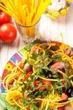 Espagueti con las aceitunas, los tomates y las hierbas Fotografía de archivo