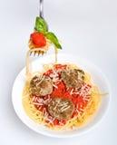 Espagueti con las albóndigas, algunas en fork Imagen de archivo libre de regalías