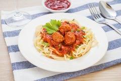 Espagueti con las albóndigas en salsa de tomate imagenes de archivo
