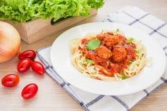 Espagueti con las albóndigas en salsa de tomate imagen de archivo libre de regalías