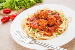 Espagueti con las albóndigas en salsa de tomate fotos de archivo