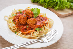 Espagueti con las albóndigas en salsa de tomate fotografía de archivo libre de regalías