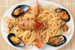 Espagueti con las frutas y los crustáceos del mar Imagen de archivo