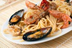 Espagueti con las frutas y los crustáceos del mar Imágenes de archivo libres de regalías