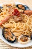 Espagueti con las frutas y los crustáceos del mar Foto de archivo libre de regalías