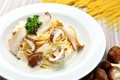 Espagueti de la crema de la seta del pollo Fotografía de archivo libre de regalías