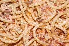 Espagueti de las pastas con crema y tocino. Fotografía de archivo