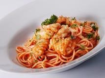 Espagueti del camarón y del calamar Foto de archivo libre de regalías