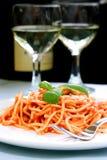 Espagueti delicioso con el vino imagen de archivo libre de regalías