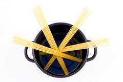Espagueti dispersado en una cacerola fotografía de archivo libre de regalías