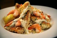 Espagueti empanado de los pescados blancos y del camarón Imagen de archivo