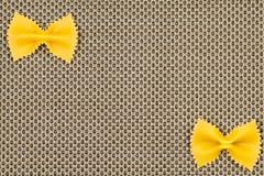 Espagueti en fondo amarillento Fotos de archivo