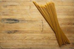 Espagueti en la tarjeta de corte Foto de archivo libre de regalías