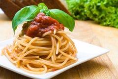 Espagueti fresco con la salsa de tomate Fotos de archivo libres de regalías