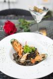 Espagueti negro con los mariscos fotografía de archivo