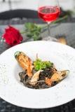 Espagueti negro con los mariscos imagen de archivo