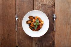 Espagueti negro con los mariscos Fotos de archivo