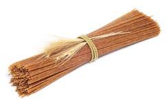 Espagueti sin procesar del trigo integral imagen de archivo