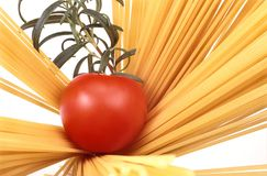 Espagueti, tomate y romero Imagenes de archivo