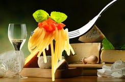 Espagueti y queso Imágenes de archivo libres de regalías