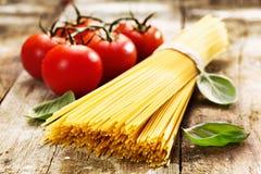 Espagueti y tomates Imagenes de archivo