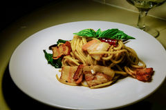 Espaguetis Aglio, ensaladilla Peperoncino Imagen de archivo libre de regalías
