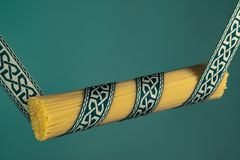 Espaguetis atados con la cinta modelo griega en humor verde fotografía de archivo libre de regalías